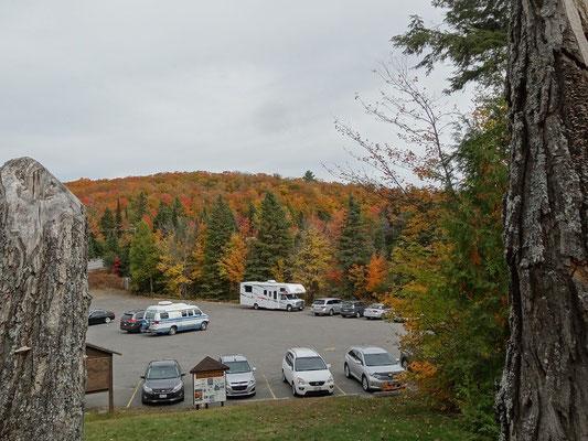 Parkplatz in Fall Colors: Blick zurück von der kleinen Kunstgalerie im Algonquin Provincial Park.