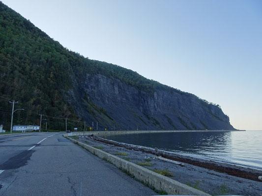 Auf der Route 132 um die Gaspésie-Halbinsel: Die Strasse wird von Fluss und Felsen eingerahmt.