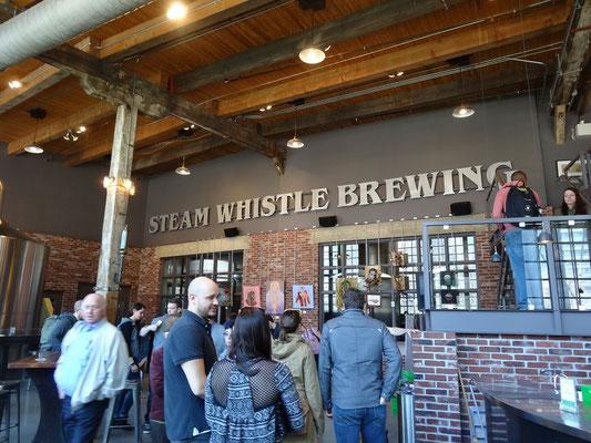 Direkt gegenüber von Aquarium und CN Tower befindet sich in einem ehemaligen Lokomotivschuppen Torontos Steamwhistle Brauerei.
