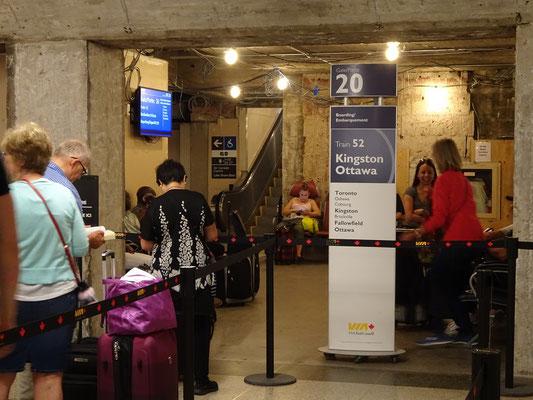 """Mit dem Zug nach Ottawa: Warten am """"Gate"""" in Torontos Union Station."""