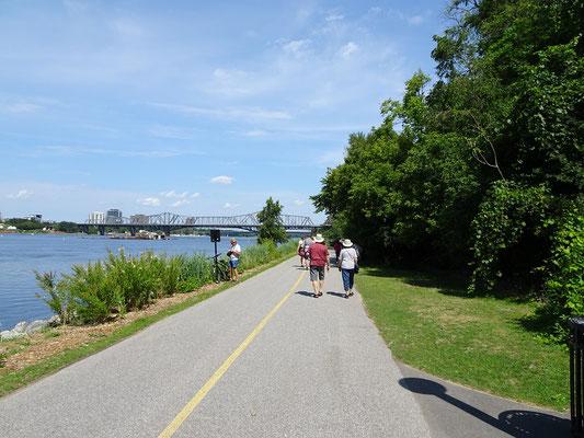 Spazieren am Ufer des Ottawa River.