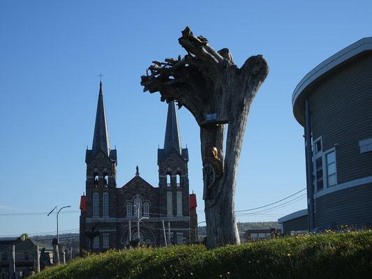 Urlaub in Quebec: Skulptur neben dem Exploramer in Sainte-Anne-des-Monts. Im Hintergrund sieht man die Stadtkirche.