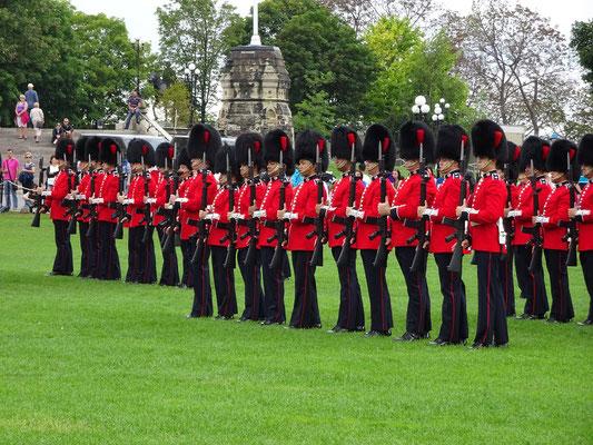 Urlaub in Ottawa: Changing of the guard auf dem Rasen vor dem Parlament.