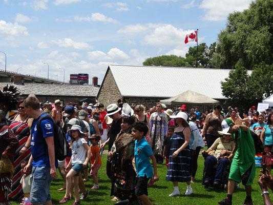 Pow wow in Toronto: Nach einer halben Stunde tanzten bereits Besucher mit.