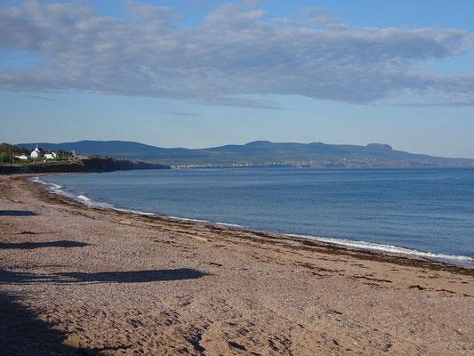 Urlaub in Quebec: Besuch am Strand am Ortsrand von Percé.