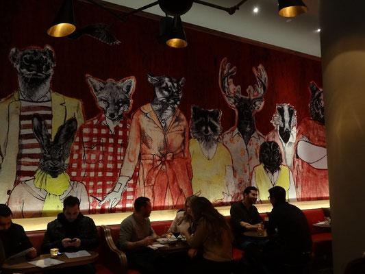Interessanter (und leicht verstörender) Wandteppich in einer Bar in Toronto.