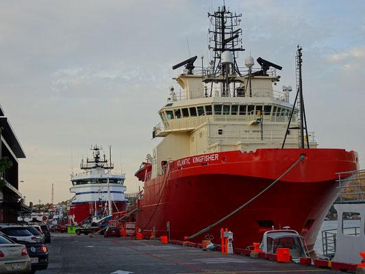Urlaub in Neufundland: Auf der Innenstadtseite des Hafens kommt man in St. John's zum Teil ganz dicht an Schiffe heran.