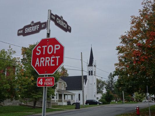 Urlaub in New Brunswick: Zweisprachige Strassenschilder in Grand Falls.