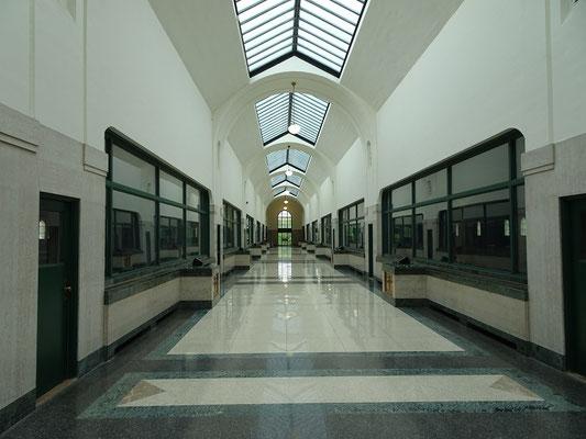 Lange Marmorflure kennzeichnen das Filtergebäude des R.C. Harris Water Treatment Plant. Durch die Fenster kann man die grossen Wasserbecken sehen.