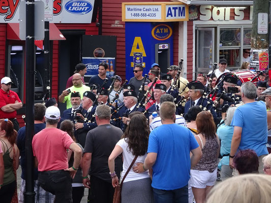Urlaub in Neufundland: Einmarsch der Highland Creek Marching Band beim George Street Festival in St. John's.