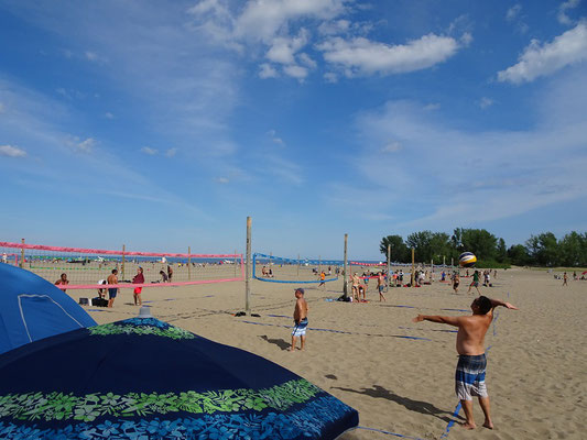 Woodbine Beach nahe Ashbridges Bay Park: Volleyball am Stadtstrand von Toronto.