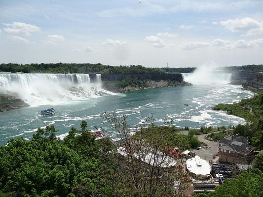 Niagara Falls: Links sind die amerikanischen, rechts sind die (weitaus beliebteren) kanadischen Fälle zu sehen.