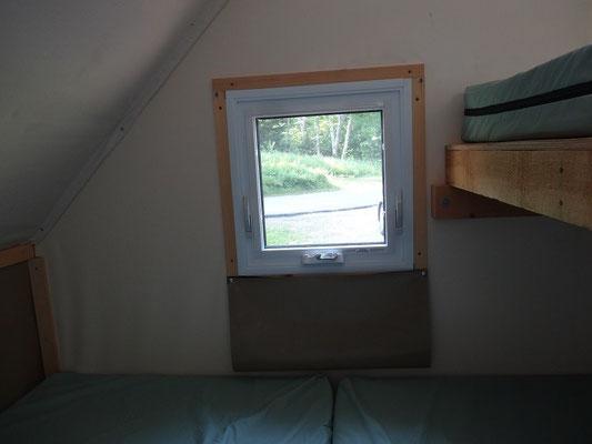 Camping im Fundy National Park: Fenster mit Fliegengitter im oTENTik.