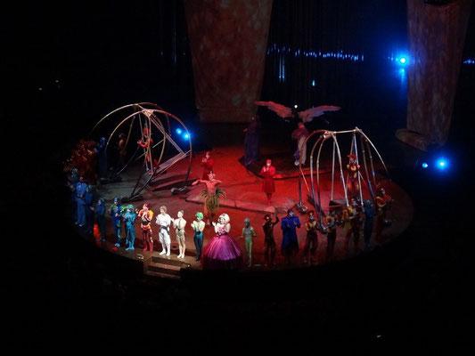 Artisten des Cirque du Soleil beim Abschlussbild von Varekai in Toronto.