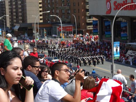 Das Publikum entlang der Haupstrasse verfolgt die Canada Day Parade durch die Innenstadt von Halifax.