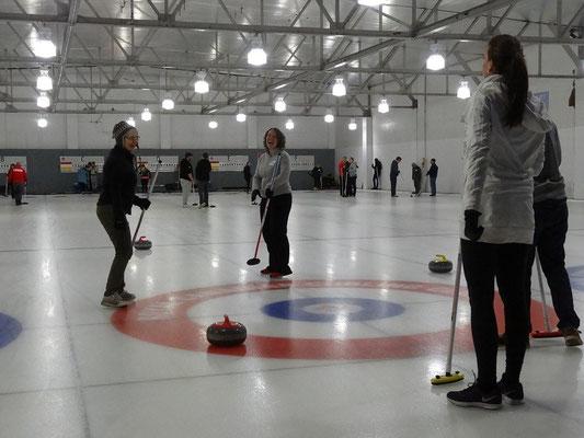 Der passt! Erfolgserlebnis für die neuen Spieler beim Benefiz-Curling in Toronto.