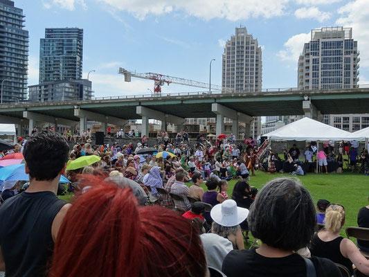 Pow wow in Toronto: Zahlreiche Besucher nahmen (buchstäblich) teil.