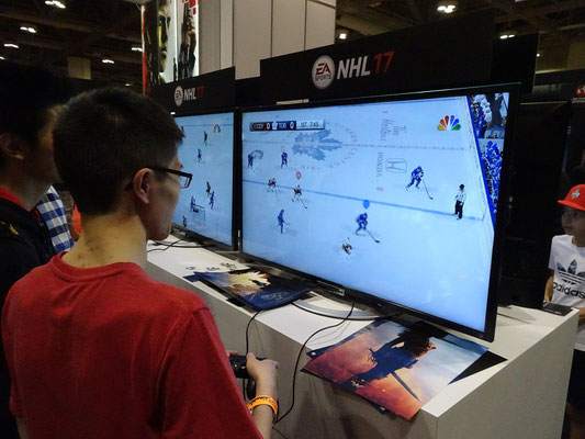 FanExpo 2016 in Toronto: Auch Computerspiele können getestet werden. Hier zum Beispiel eines zum Thema Eishockey - Wir sind ja schliesslich in Kanada.