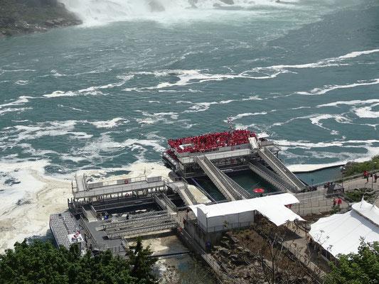 Niagara Falls: Die Besucherboote für die Niagara-Fälle sind prall gefüllt.