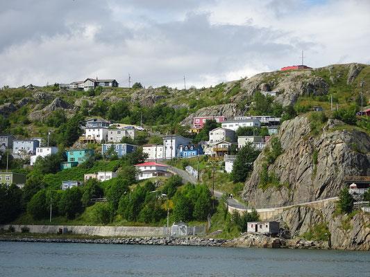 Urlaub in Neufundland: Bunte Häuser in hügeliger Landschaft in St. John's.