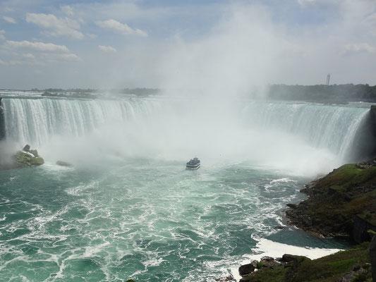 """Niagara Falls: Ein Besucher-Boot erreicht die kanadischen Fälle, die wegen ihrer Form auch Horseshoe (""""Hufeisen"""") Falls genannt werden."""