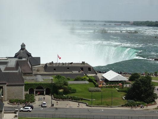 Niagara Falls: Blick aus erhöhter Position auf die kanadischen Horseshoe Falls.