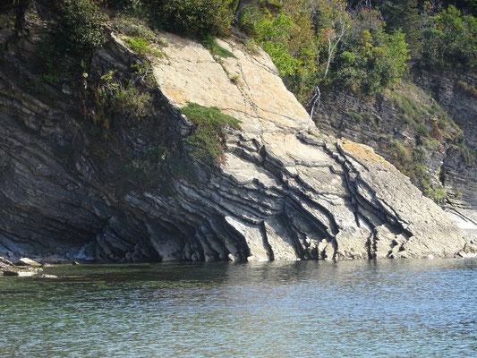 Urlaub in Quebec: Im Forillion Nationalpark lohnt sich hier und da der Blick auf Gestein- und Felsformationen, so wie hier an der Anse aux Amérindiens.