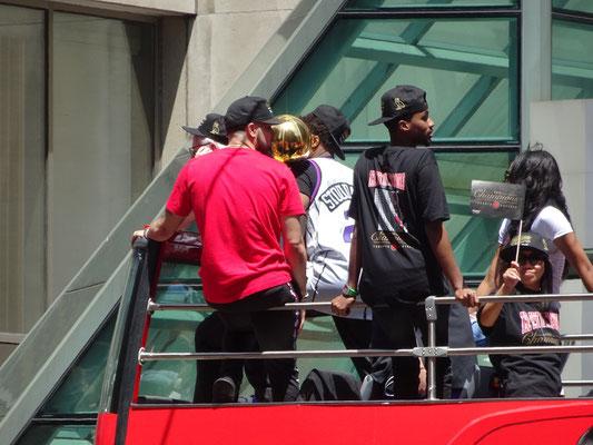 Toronto Raptors 2019: Während der Parade durch die Innenstadt präsentieren die erfolgreichen Basketballer den Meisterpokal. Torontos Eishockey-Fans können von so einem Moment nur träumen.