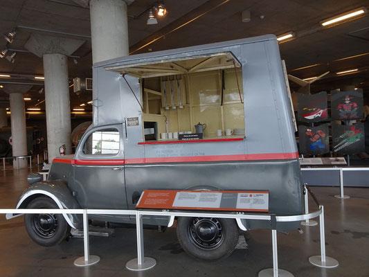 """Kriegsmuseum in Ottawa: Als ich neben diesem Fahrzeug die Bezeichnung """"Emergency Vehicle"""" las, musste ich doch etwas schmunzeln. Aber ohne Nachmittags-Tee ist Krieg wohl noch schlimmer als sonst."""