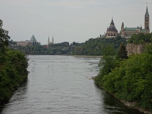 Urlaub in Ottawa: Blick von der Portage Bridge Richtung Parliament Hill.