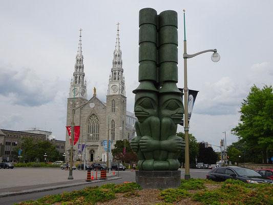 Urlaub in Ottawa: Kunstwerk vor der Nationalgalerie, im Hintergrund die Basilica Notre Dame.