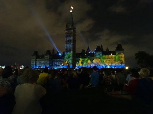 Urlaub in Ottawa: Bei der abendlichen Licht-Show dient das Parlament als Projektionsfläche.