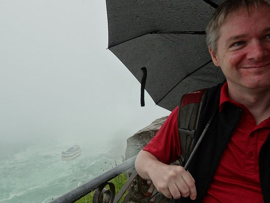 Niagara Falls: Selfie an den Niagara-Fällen, inklusive Maid of the Mist. Viel trockener als die Gäste da unten war ich hinterher nicht.