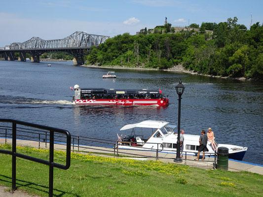 Urlaub in Ottawa: Ein schwimmfähiger Touristenbus kurvt auf dem Ottawa River. Im Hintergrund die Alexandra-Bridge Richtung Gatineau.