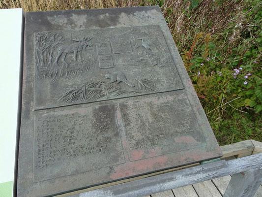 Urlaub in Quebec: Informationstafel mit Blindenschrift auf dem Rundgang Prelude à Forillon auf der Ostseite des Forillon Nationalparks.