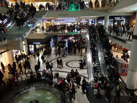 Black Friday in Toronto: Am Abend lässt der Besucherstrom nach.