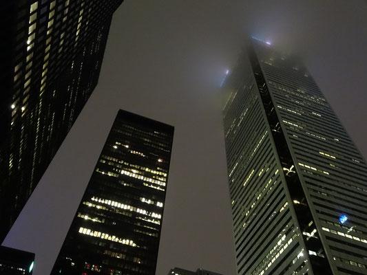 Nuit Blanche 2016 in Toronto: Hochhäuser im Nebel.