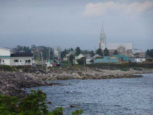 Urlaub in Quebec: Blick auf eine Ortschaft an der Anse aux Ilots.