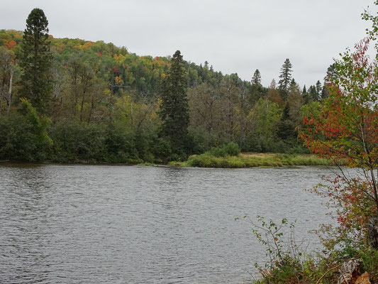 Urlaub in New Brunswick: Fluss an der Appalachian Range Route.