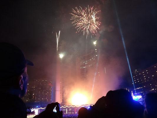 Cavalcade of Lights in Toronto: Kurzes Feuerwerk vor dem Rathaus.