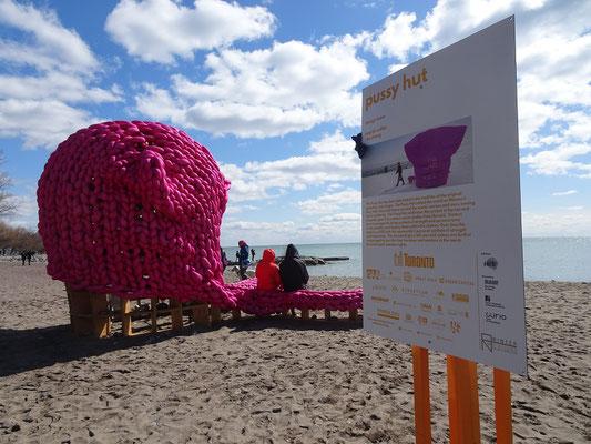 """Winterstations 2018 in Toronto: Die Installation """"Pussy Hut"""" am Woodbine Beach."""