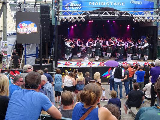 Urlaub in Neufundland: Die Highland Creek Marching Band auf der Bühne beim George Street Festival in St. John's.