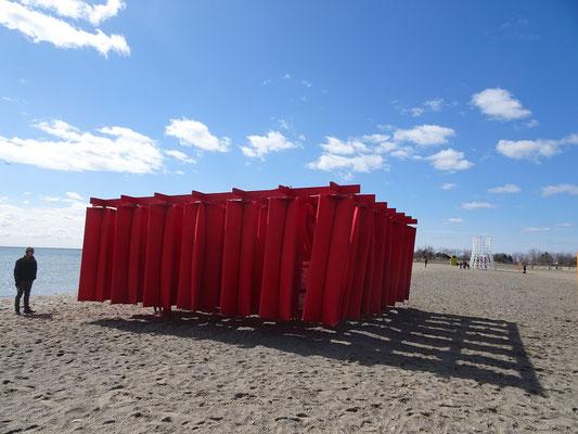 """Winterstations 2018 in Toronto: Blick auf die begehbare Installation """"Obstacle"""" am Woodbine Beach."""