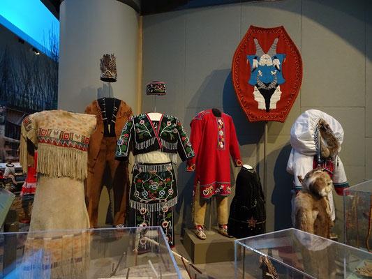 Urlaub in Ottawa: Auswahl von Kleidungsstücken unterschiedlicher Ureinwohner-Gruppen Kanadas.