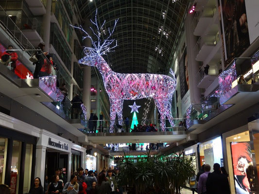 Black Friday in Toronto: Weihnachts-Dekoration im Eaton Centre.