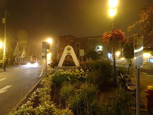 Urlaub in Quebec: Abendszene mit Nebel in der Innenstadt von Riviére-du-Loup.