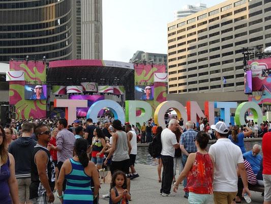 Pan Am Games in Toronto: Menschen aus allen Ländern feiern am Rathaus.