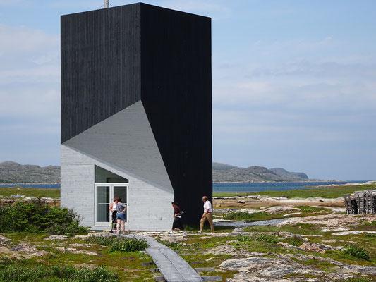 """Futuristische Architektur auf Fogo Island: Vorderansicht des Ateliers """"Tower""""."""