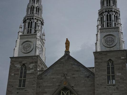 Urlaub in Ottawa: Frontansicht der Notre Dame Kathedrale.