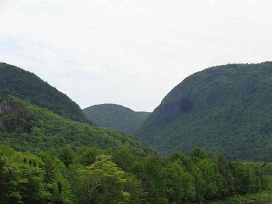 Dicht bewaldete Hügel sind das Markenzeichen des Cape Breton Highlands National Parks.